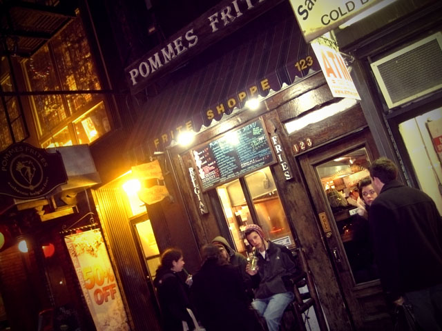 01-promme-frites-at-night