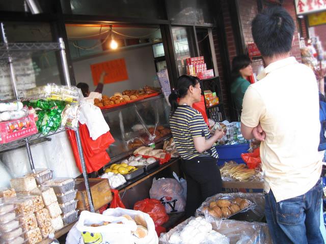 01-outdoor-market-east-broadway-manhattan-bridge