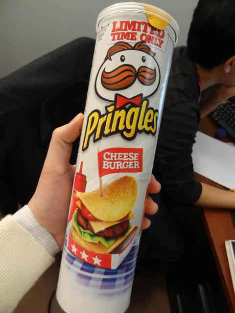 01 Pringles Cheeseburger Chips
