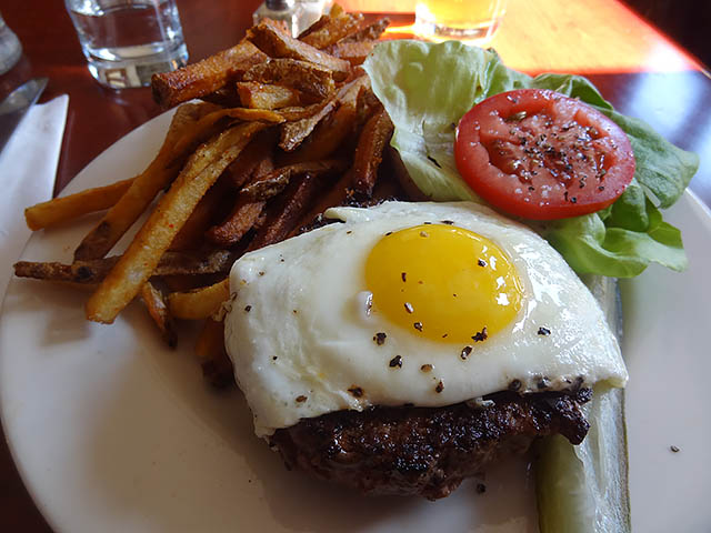 01 Burger with Fried Egg - Biblio